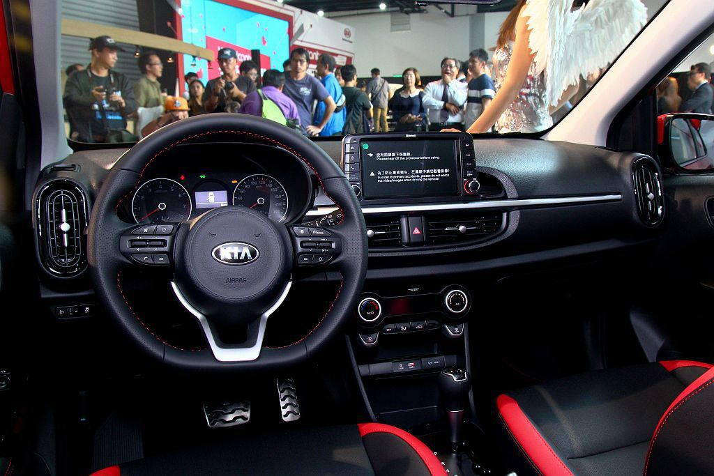 Kia Picanto GT-Line內裝具備專屬D-Cut運動化方向盤以及防滑...