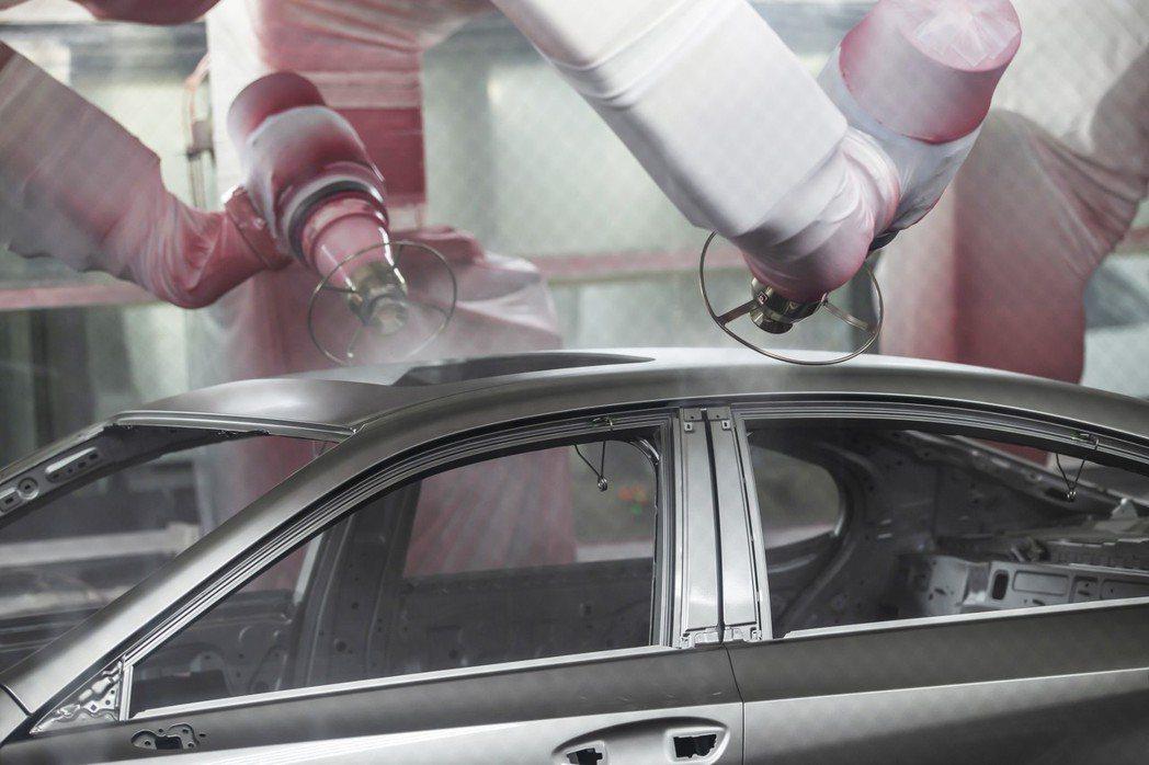 透過機器人手臂來進行車輛噴塗,再以人力補足細節部分。 圖/LEXUS提供