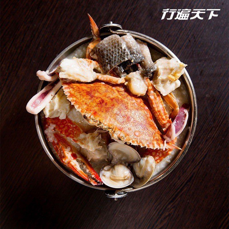 螃蟹海鮮粥|店名就有「螃蟹」了,螃蟹海鮮粥當然是主打。一整隻花蟹丟入鍋中熬煮,粥...