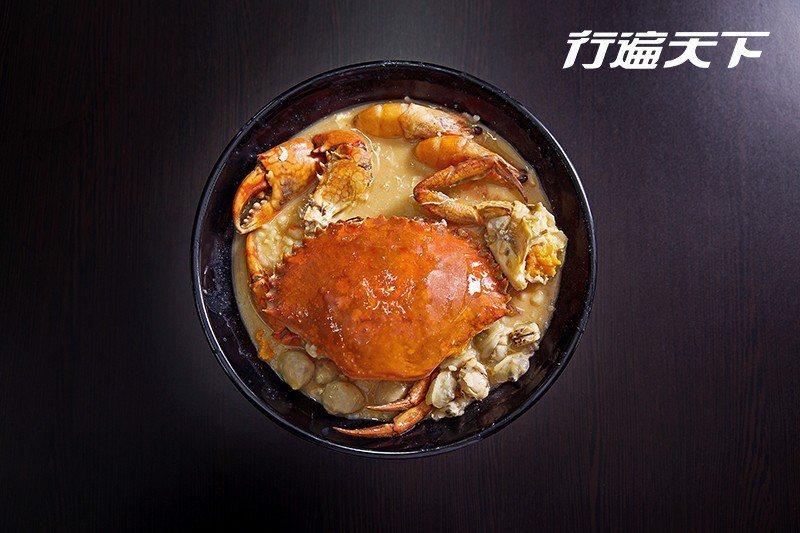 點了沙公海鮮粥,第一步就是找找看有沒有蟹黃或蟹膏。  攝影|行遍天下