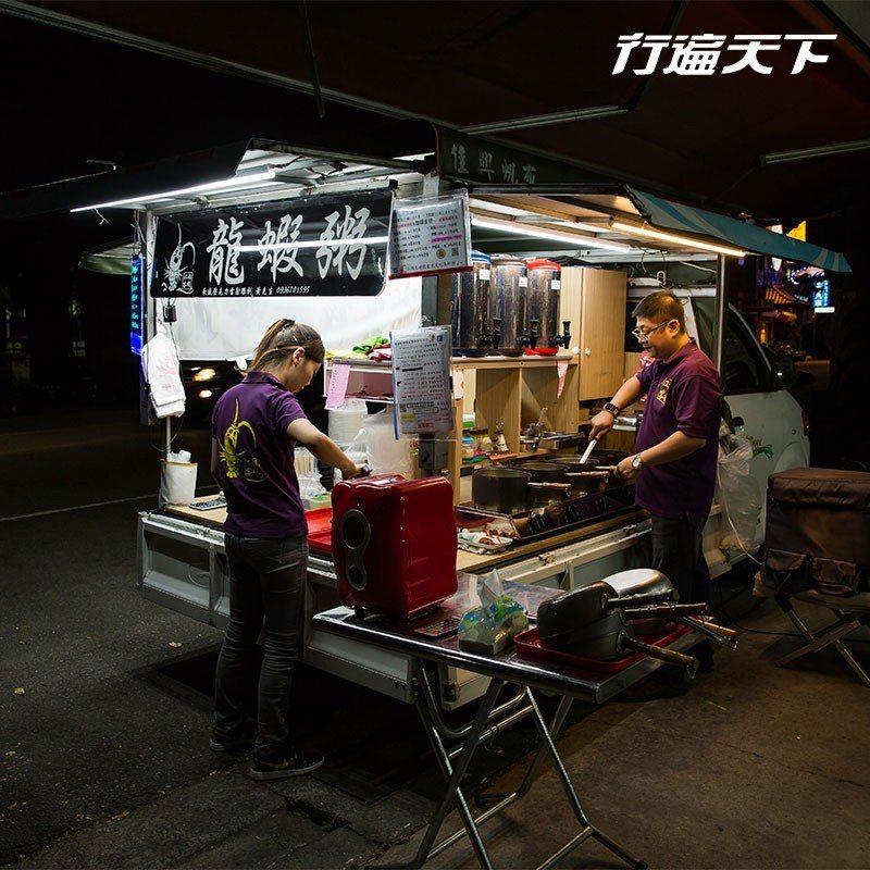 在洗車場打烊後的場地,「江湖客棧」靠一個攤車做起生意。  攝影|行遍天下