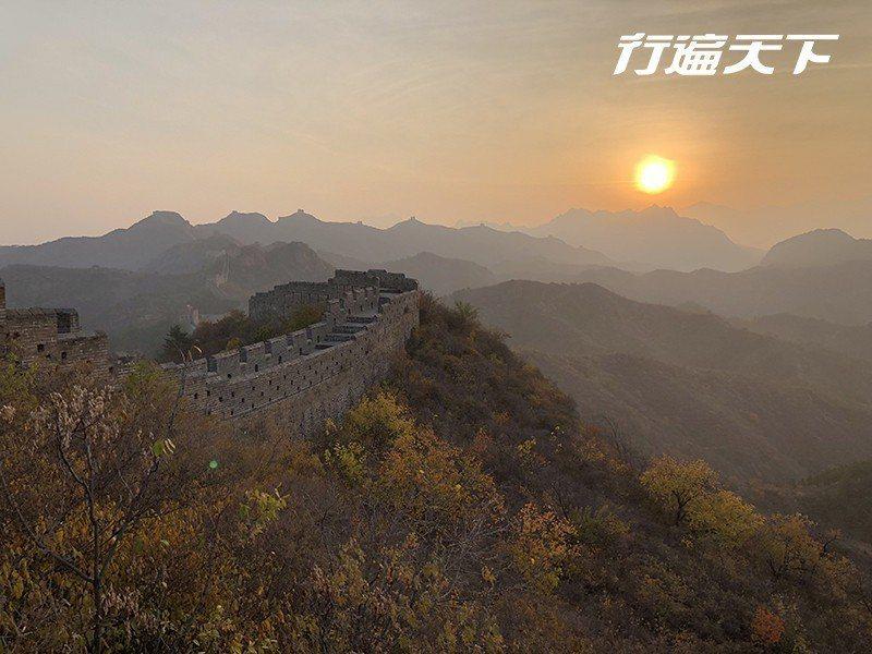 清晨向東凝望,在逐漸清晰晨光中迎接經歷千年的長城日出。  攝影|行遍天下