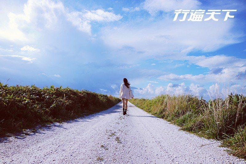 純白貝殼步道像是來到海天一色的世界盡頭。  攝影 行遍天下