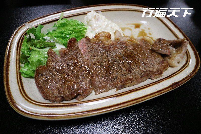 宗谷黑牛烤過後油脂比例適中,肉香味美。  攝影 行遍天下