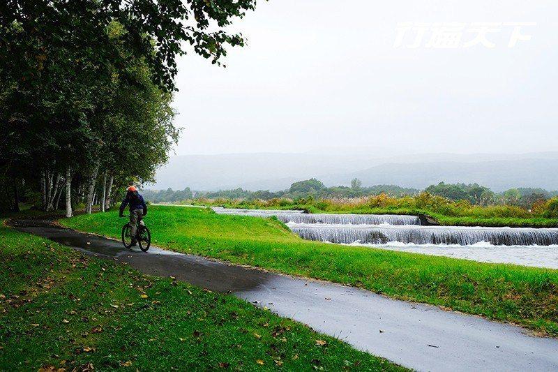 騎上越野腳踏車,輕鬆越過曠野、溪流、林道等地形。  攝影|行遍天下