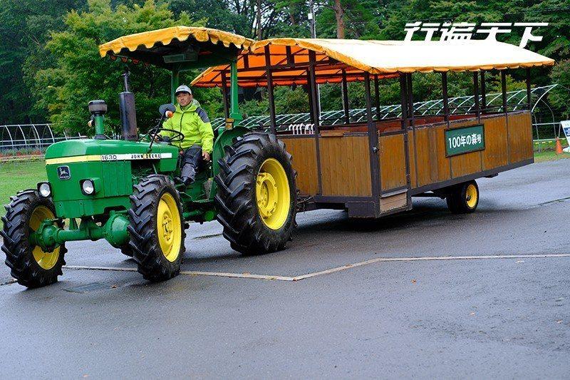 一起乘著農用拖拉機進入森林冒險。  攝影|行遍天下