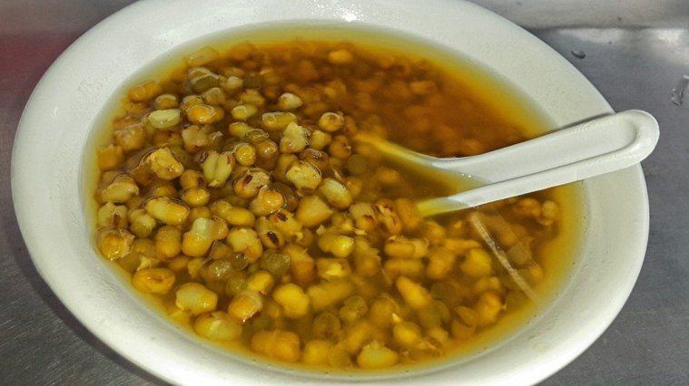 綠豆湯是許多醫師營養師推薦的夏日飲食。 圖/報系資料照