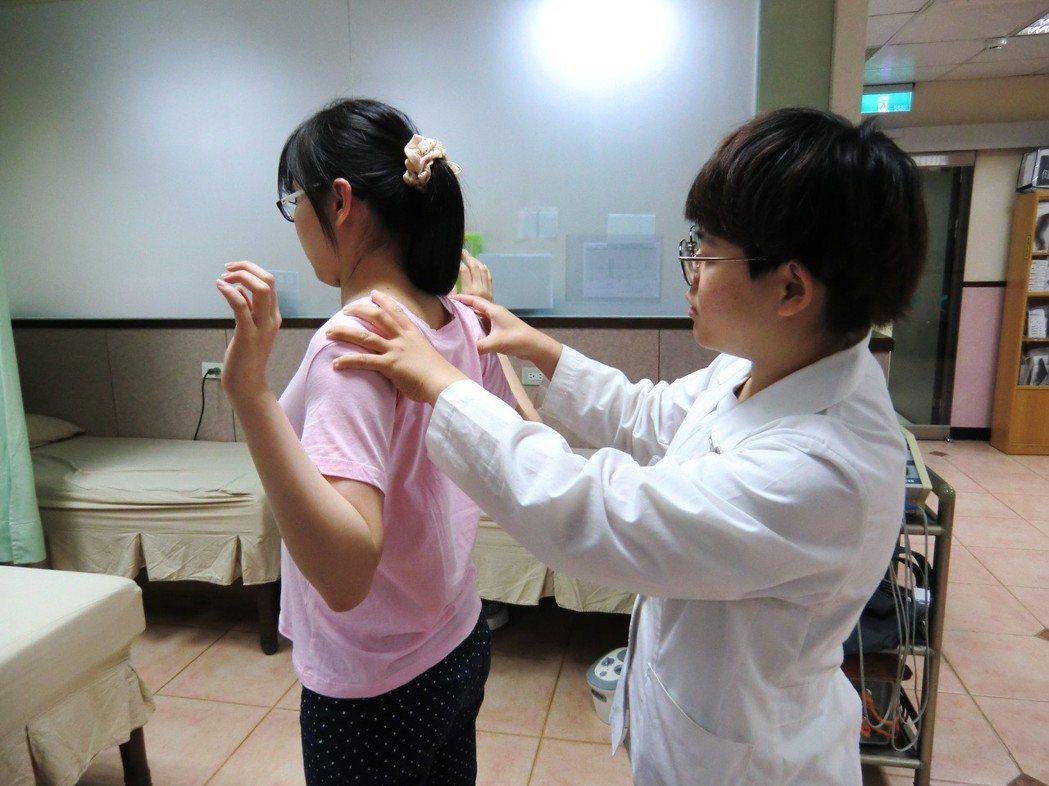 第二招肩胛內側肌群運動:採站姿或坐姿均可,縮下巴,肩膀外展、手肘成90度往肩胛後...