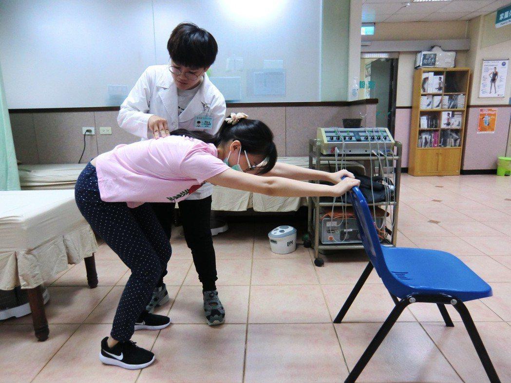 第一招牽拉背肌運動:找個椅子或牆壁手勾著,膝蓋微彎、雙腳與肩同寬,身體往前牽拉直...