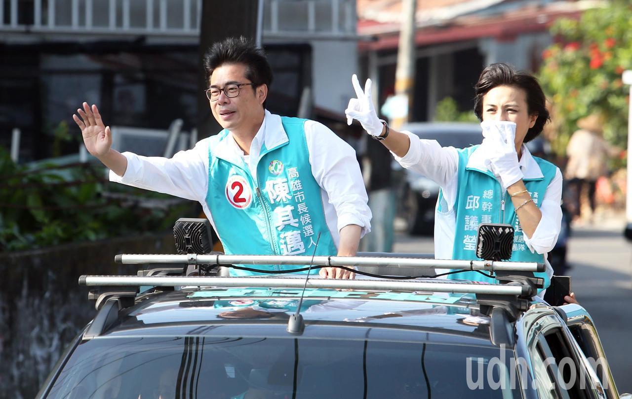 選戰剩最後十天,民進黨高雄市長候選人陳其邁(左)上午在旗山地區進行車隊掃街拜票,...