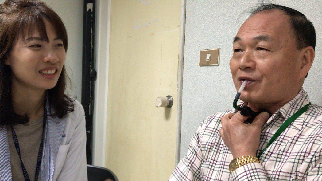 67歲的癌友劉守堂(右),運用發聲器說話和人互動,樂觀的他也主動擔任長庚醫院志工...