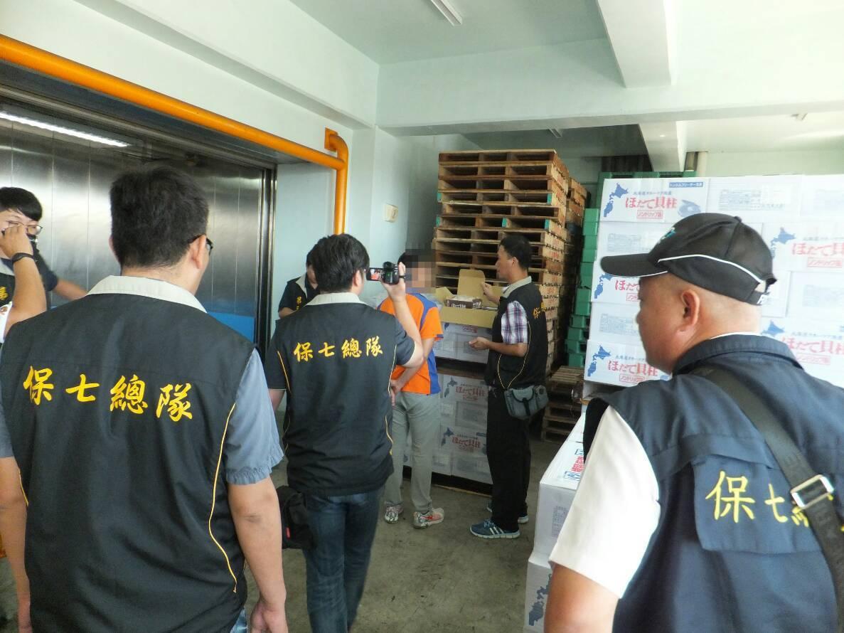 檢警今年5月到業者吳姓男子位在高雄市前鎮區的倉庫搜索。記者劉星君/翻攝