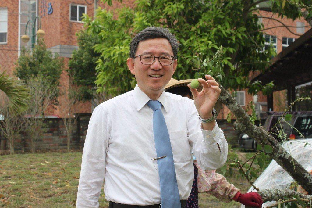 王明鉅12日在臉書PO文,指廢核將導致台灣2025年擁有6個「可怕的世界第一」,...