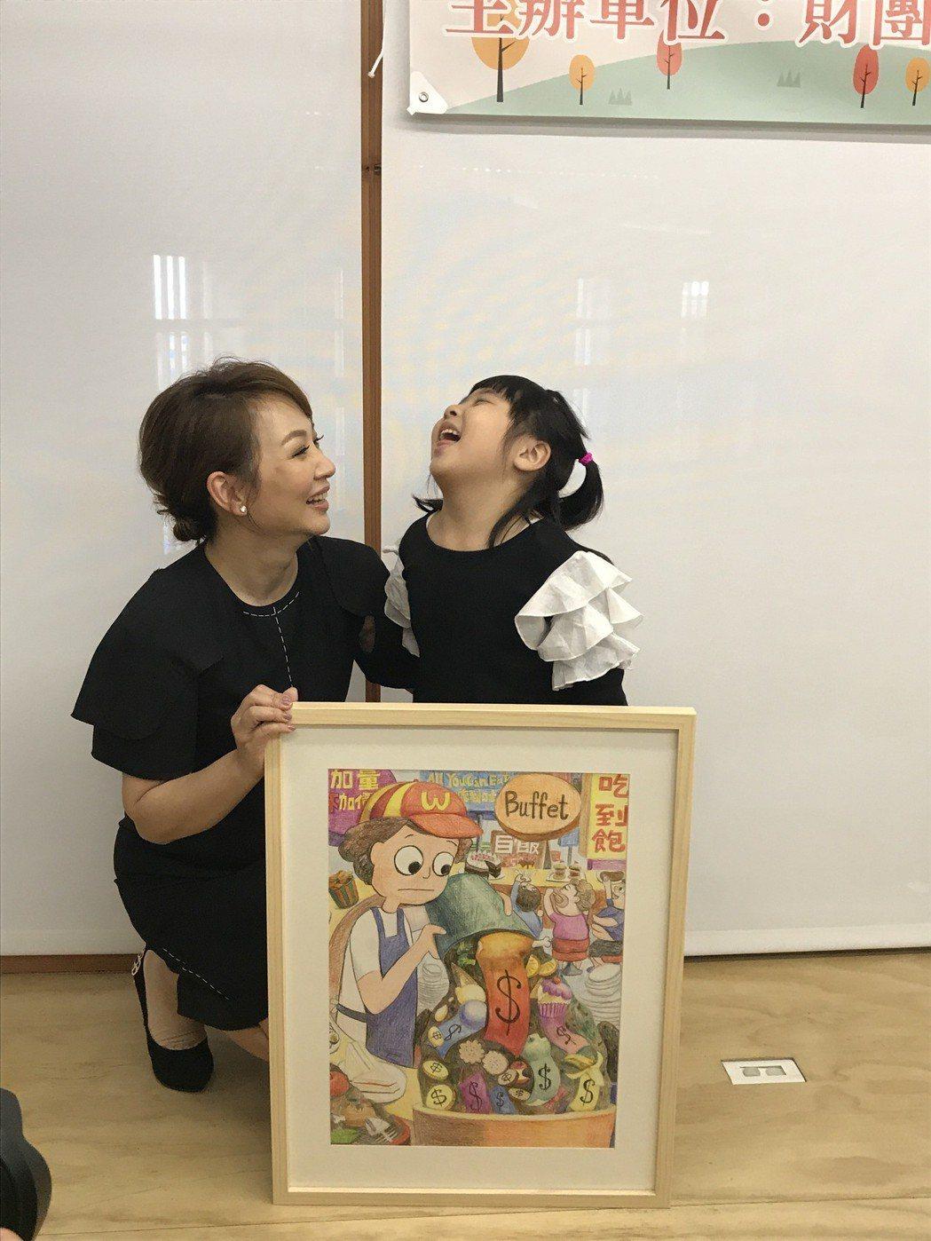 郁方跟女兒一起義賣兒子的畫作,Rachel的表情豐富很有喜感。記者葉君遠/攝影