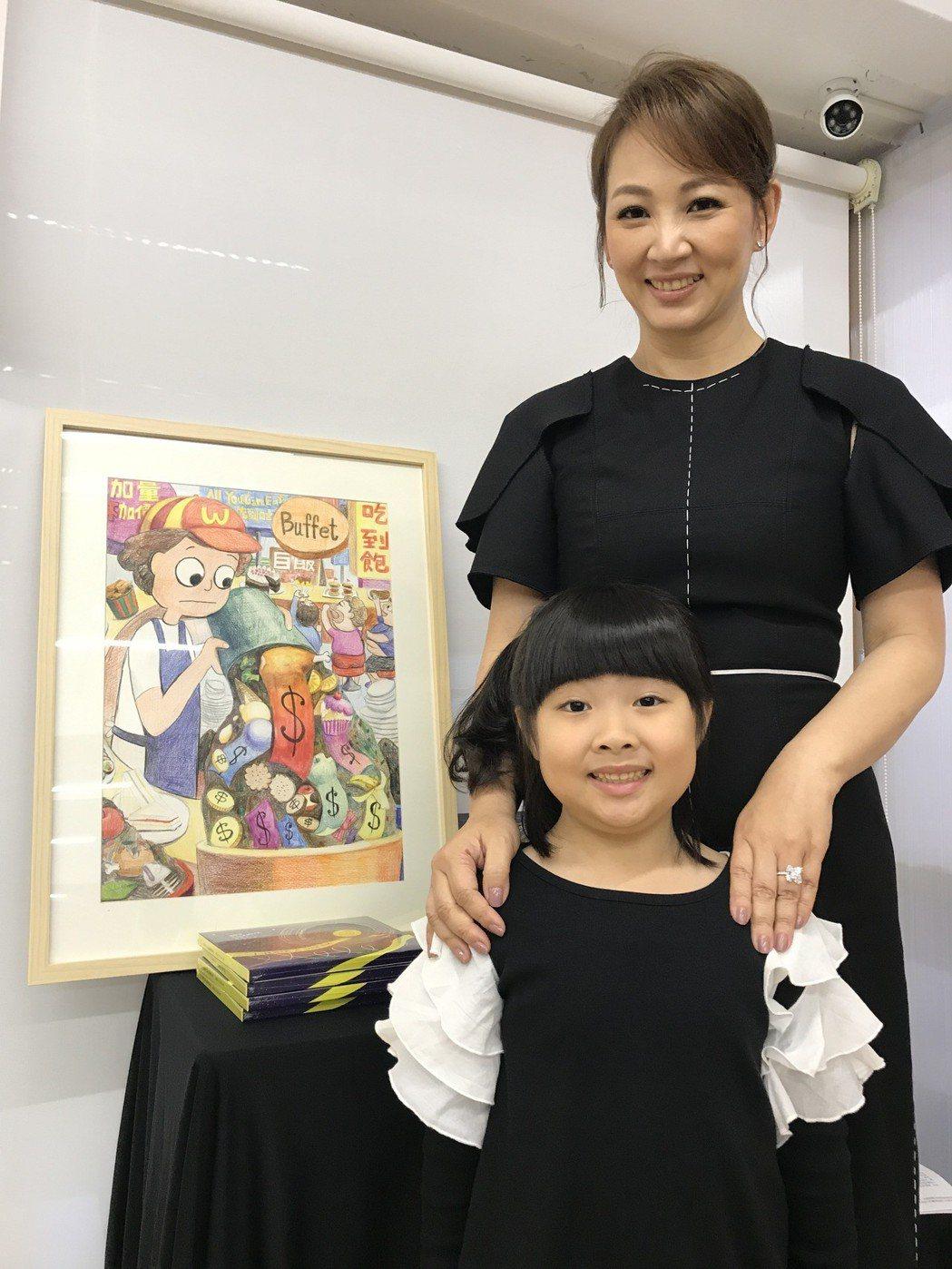 郁方跟女兒一起義賣兒子的畫作。記者葉君遠/攝影
