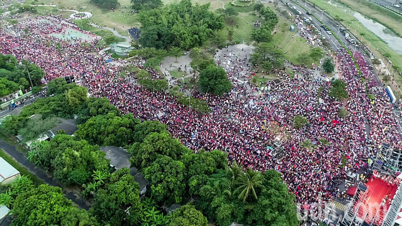 國民黨高雄市長侯選人韓國瑜今晚在岡山舉辦造勢大會,傍晚時分現場已湧入大批支持者。...
