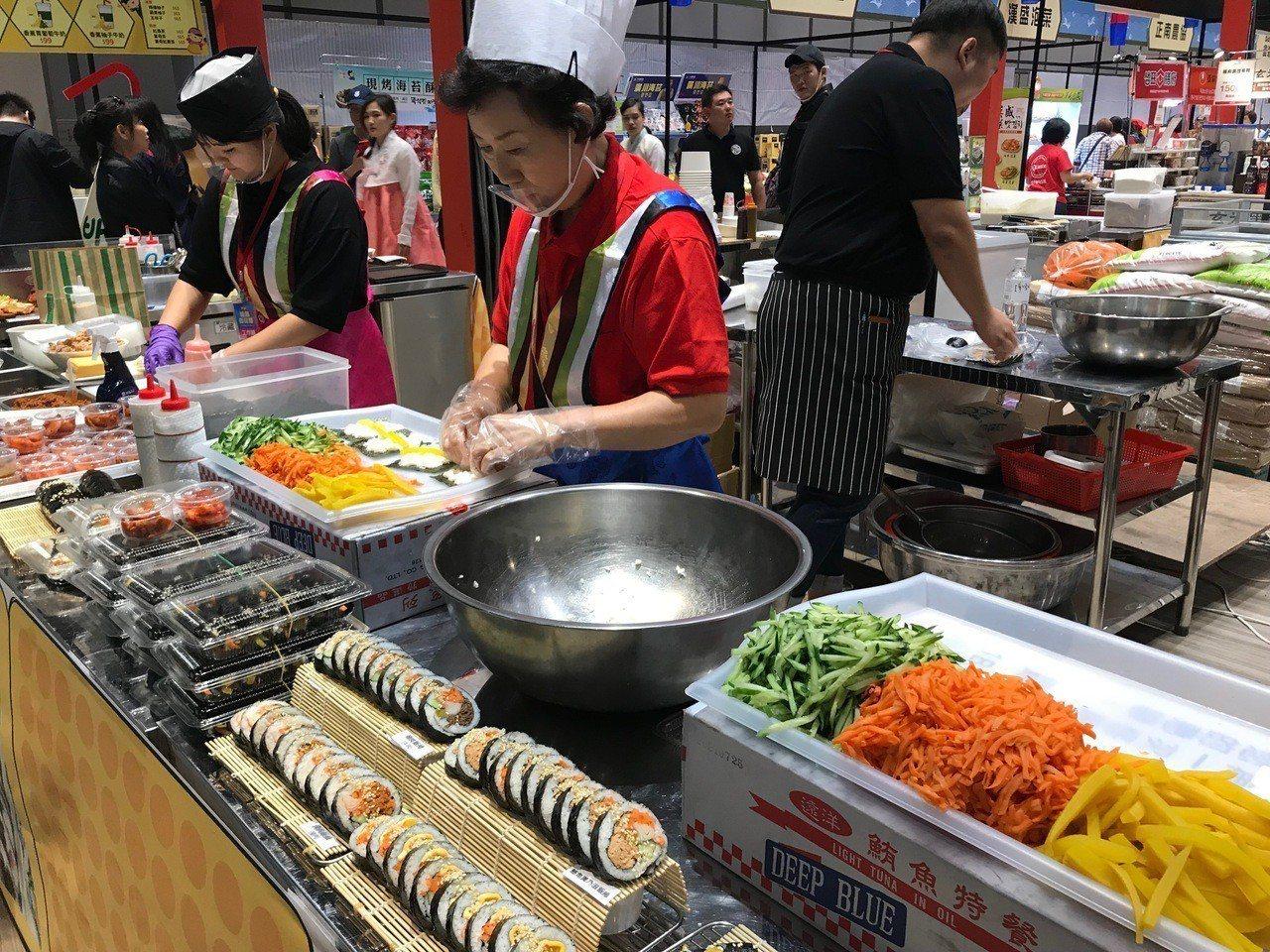 韓國職人現做各式美味的韓式飯捲。記者江佩君/攝影
