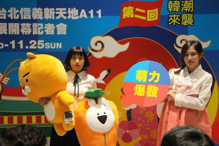 逛新光三越韓國展,還可體驗變裝韓國高校女生與韓服。圖/新光三越提供