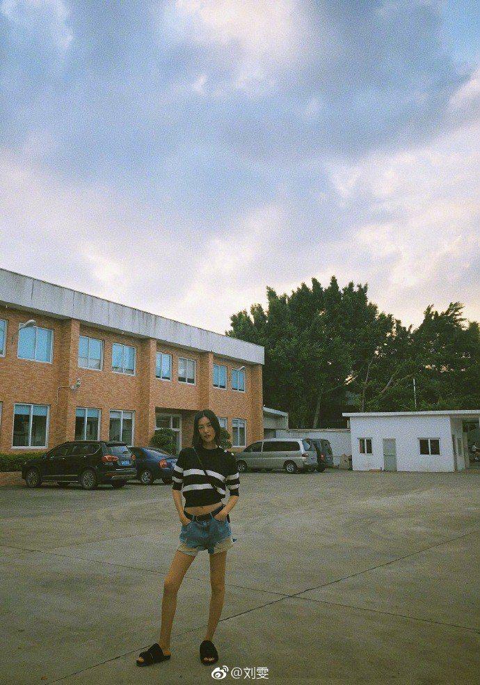 大表姐劉雯以拖鞋大秀美腿。圖/取自微博