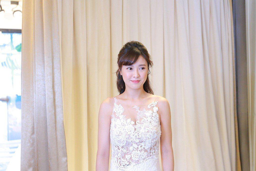 大元劇中甜蜜穿婚紗。圖/TVBS提供