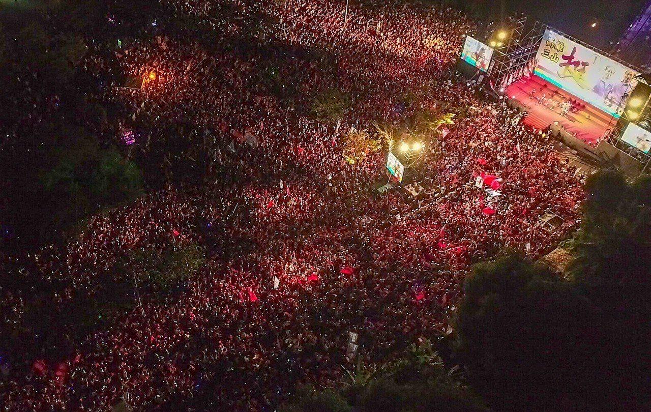 國民黨高雄市長候選人韓國瑜今晚在岡山造勢場子宣布已破10萬人。記者王騰毅/攝影