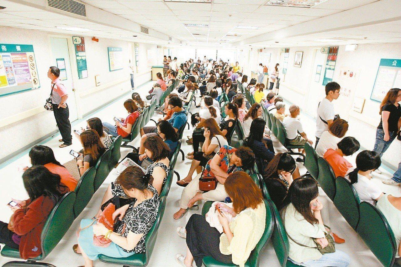醫院內掛號婦產科看診的民眾數量多,醫護人員忙碌的工作依然無法應付大批看診人潮。【...