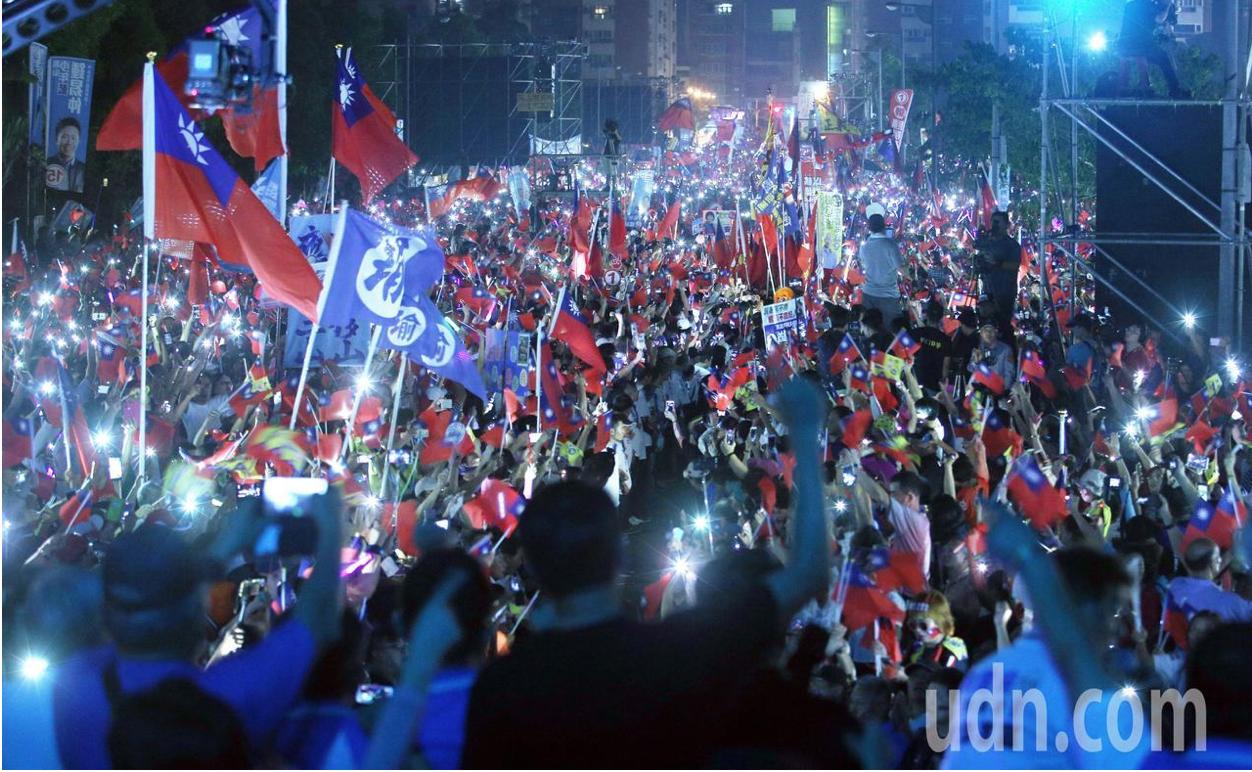 國民黨高雄市長候選人韓國瑜今晚在岡山舉辦造勢晚會,韓國瑜在現場的「夜襲」軍歌中進...