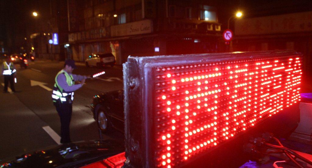 警政署說,取締酒駕力道年年未減,車禍死亡數字已逐年遞減,但很多民眾依然存在僥倖心...
