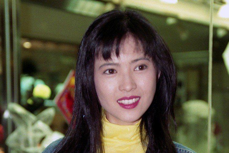 曾有「靚絶五台山」美譽的香港女星藍潔瑛,本月3日被發現在家中猝逝,得年55歲。家屬在為她舉辦追思會後,今日上午10時餘前往殯儀館領出她遺體,轉往火葬場火化。藍潔瑛的姊姊藍潔卿現身領胞妹遺體時戴著黑帽...