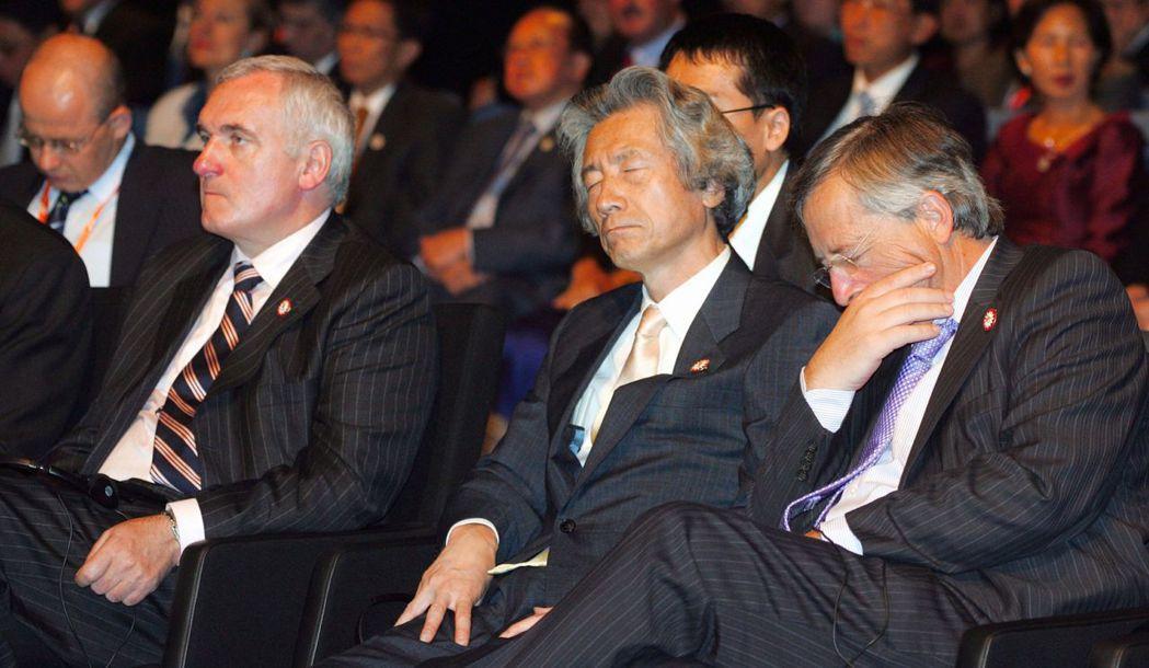 日本前首相小泉純一郎(中)和時任盧森堡總理容克(右)2006年出席於芬蘭舉行的亞...