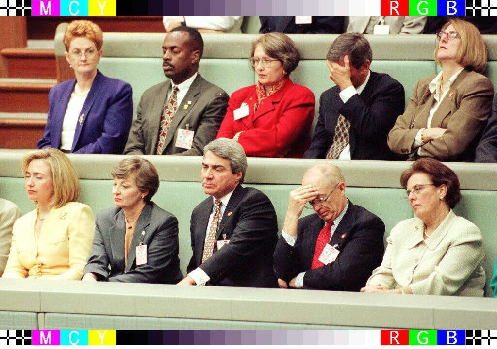 希拉蕊(下排左一)擔任美國第一夫人時,1996年隨夫婿柯林頓訪問澳洲,也被拍到眼...