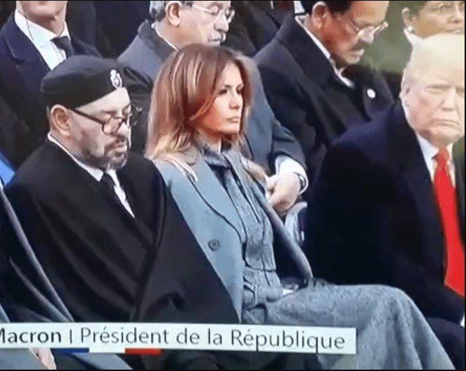 美國總統川普(右)發現摩洛哥國王穆罕默德六世(左)打瞌睡,瞪著他瞧。(取自推特)