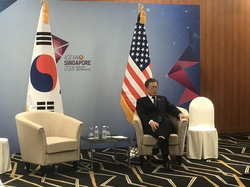 採訪東協峰會的媒體拍到文在寅邊等潘斯邊補眠的畫面。(取自推特)