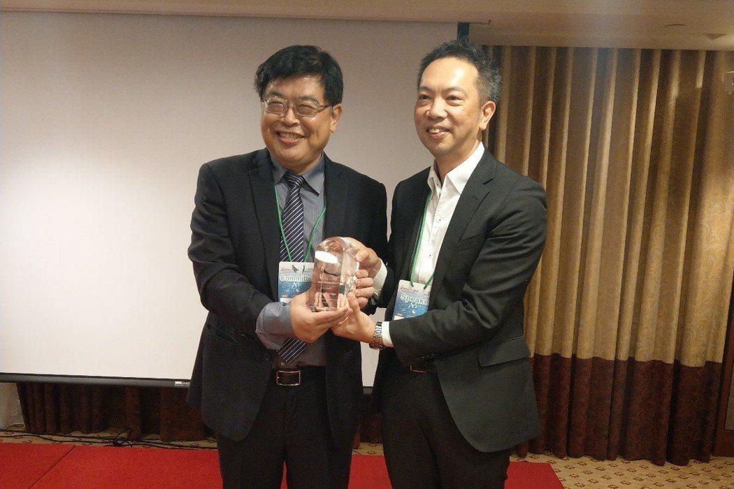 義守大學工業管理學系徐祥禎教授(左)獲頒國際服務貢獻獎。 圖/義大提供