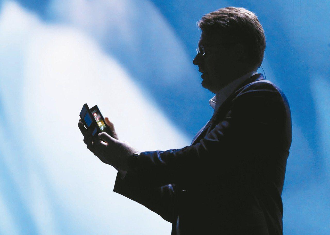 三星將在2019年推出曲面摺疊手機,刺激中國大陸智慧手機及OLED面板產品數量,...