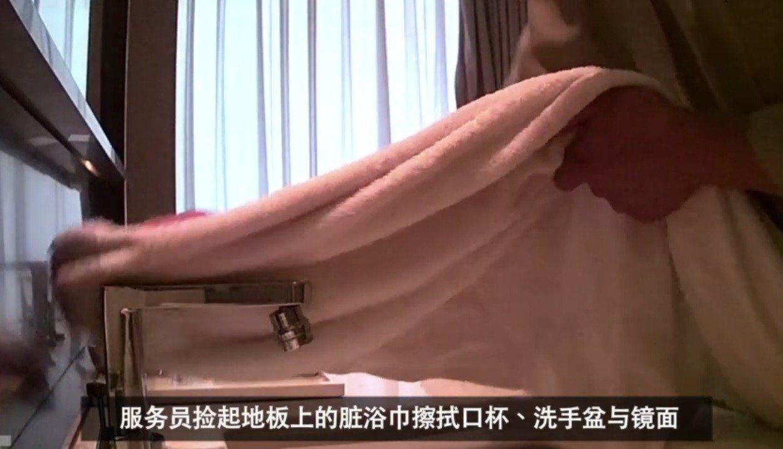 中國大陸網民14日發布影片,包括高級飯店清潔人員用洗髮精洗杯子、拋棄式杯蓋從垃圾...