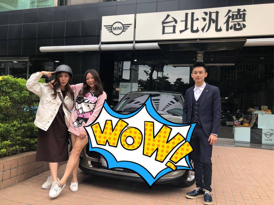 小甜甜(左二)買新車,好友王宇婕(左)戴安全帽搭車。 圖/擷自小甜甜臉書