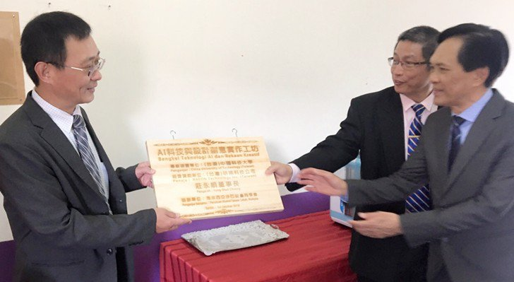 中國科大副校長廖憲文(左)於馬來西亞斗胡聖巴特中學進行「AI科技與設計創意實作工...