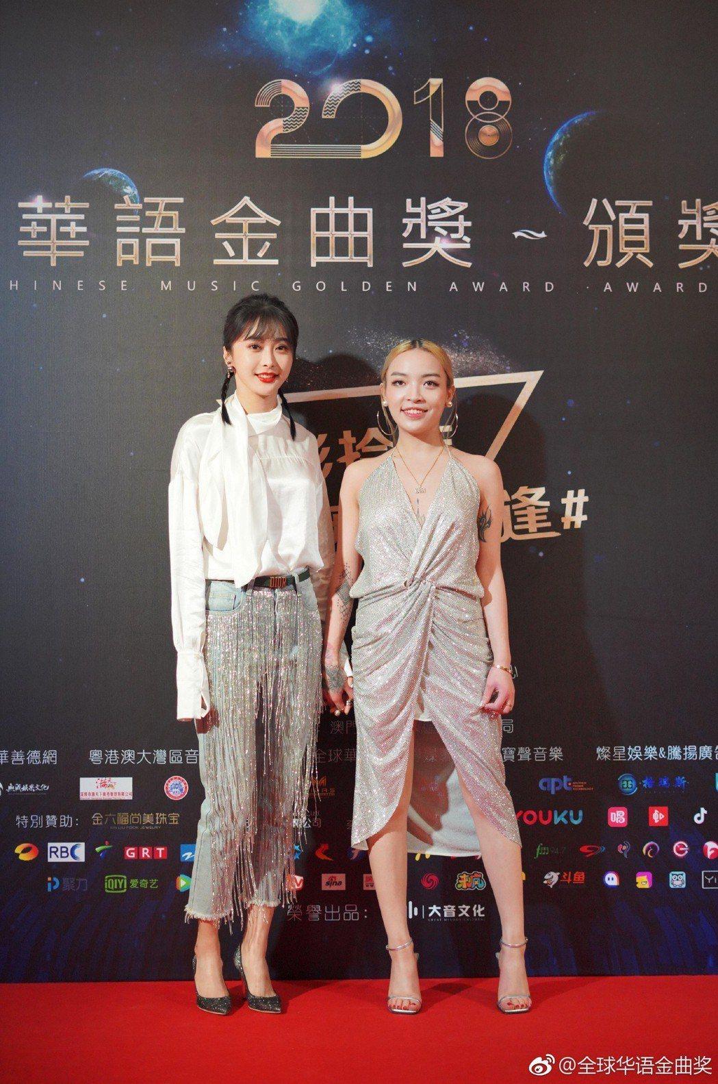 VaVa(右)出席2018全球華語金曲獎典禮。 圖/擷自微博