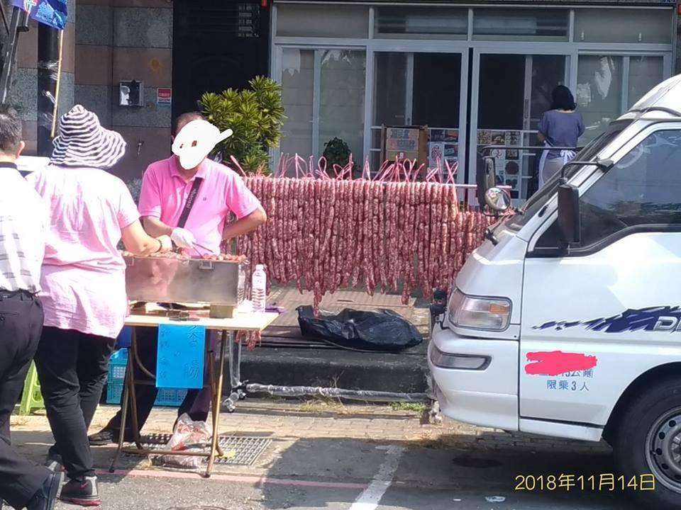 有人在韓國瑜岡山造勢現場準備了三千多條的香腸瀑布。 圖片來源/●【爆廢公社】●