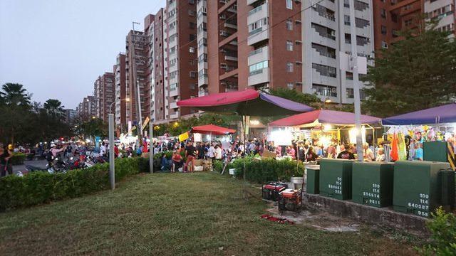 韓國瑜岡山造勢現場周邊出現夜市搶商機。 圖片來源/ PTT