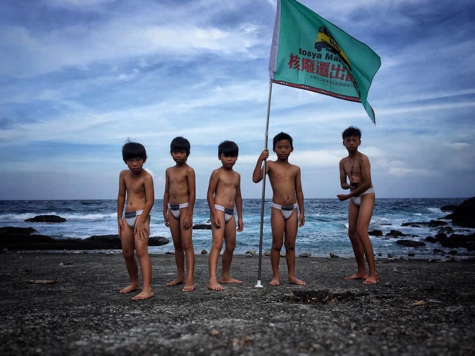 2017年,蘭嶼青年發起反核行動,小朋友在海岸前揮舞旗幟響應。 圖/顏子矞提供