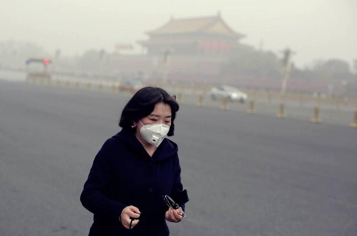 中美貿易戰讓北京「呼吸」也困難?深受霾害的中國北京市,在14日出現入冬以來最嚴重...