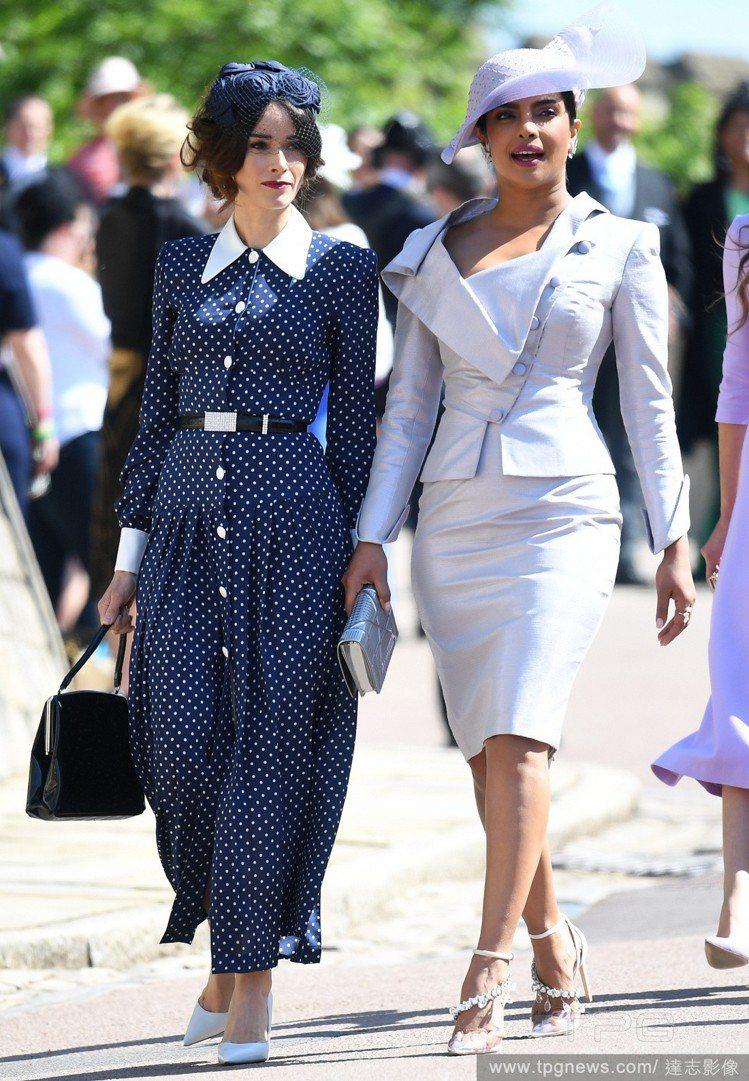 女星Abigail Spencer5月出席梅根和哈利王子的婚禮時,穿著同一件洋裝...