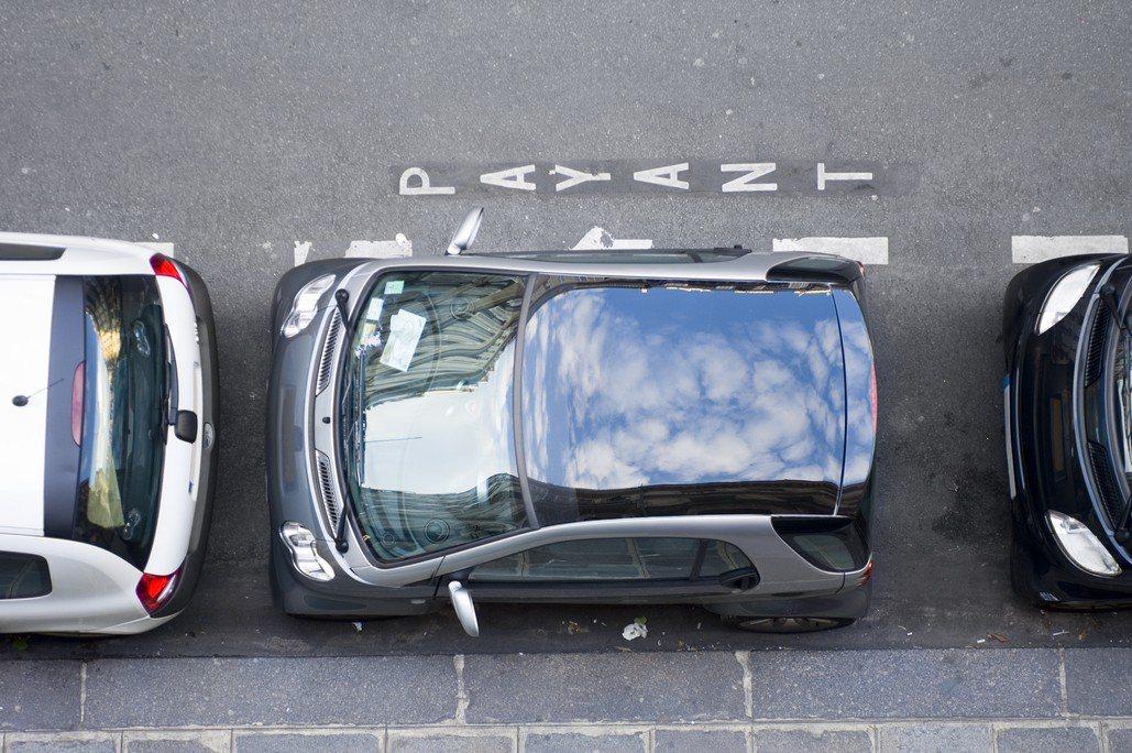 男子把車停在公有地上,卻被貼上紙條通知「你不能白天晚上都停在這裡」。示意圖,圖片...