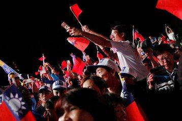 戶籍與實際居住地不同的情況已越來越普遍。高雄市長候選人韓國瑜就呼籲「北漂青年」返鄉支持自己。 圖/路透社