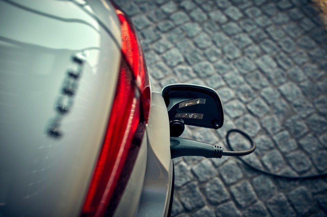Mercedes-Benz GLC F-Cell是一部結合氫燃料電池與鋰電池的綠...