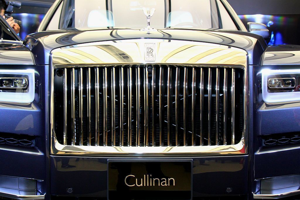 勞斯萊斯Cullinan車頭直立式金屬水箱護罩與飛天女神廠徽,是品牌最大的外觀特徵。 記者張振群/攝影