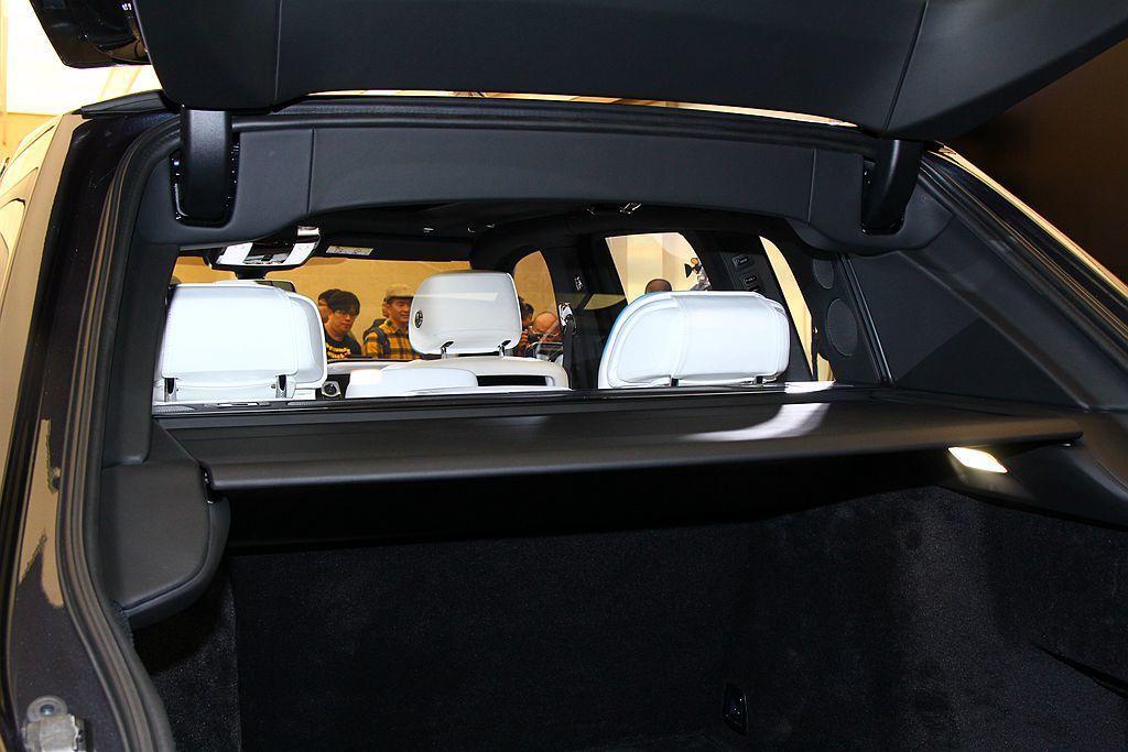 勞斯萊斯利用第二排座椅後方特殊的玻璃隔板,營造私人且更寧靜的乘坐空間。 記者張振群/攝影