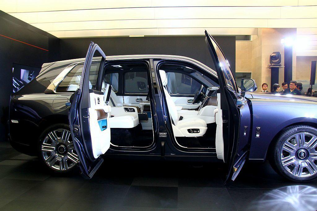 勞斯萊斯特殊的車側馬車式對開車門設計,在Cullinan上也沒有缺少。 記者張振...